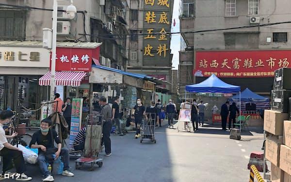 中国・広州市の商店街。臨時検温所が見える(13日)=ロイター