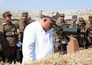 朝鮮人民軍の砲撃訓練を視察する金正恩氏(日時は不明)=朝鮮中央通信