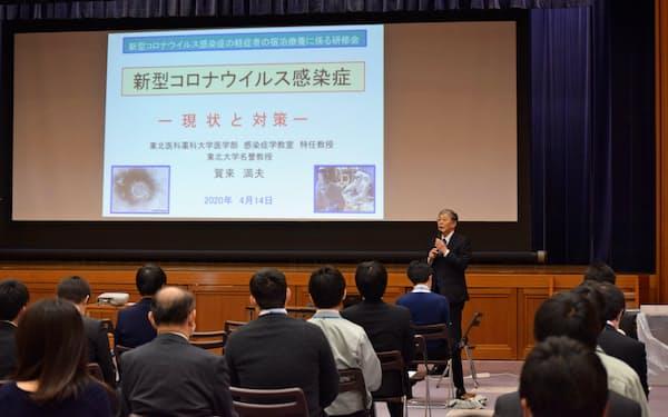 新型コロナの対応について説明する東北医科薬科大学の賀来特任教授(14日、宮城県庁)