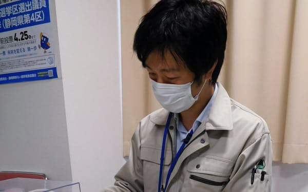 投票所では鉛筆の消毒も課題になる(静岡県富士市の期日前投票所)