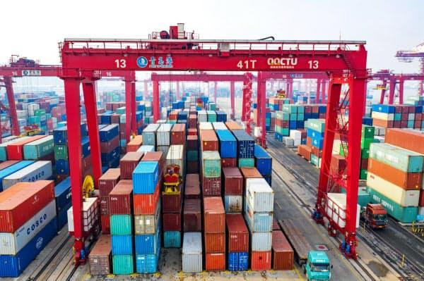 新型コロナによる輸出減は今後も続きそうだ(1月、青島港)=AP・FeatureChina