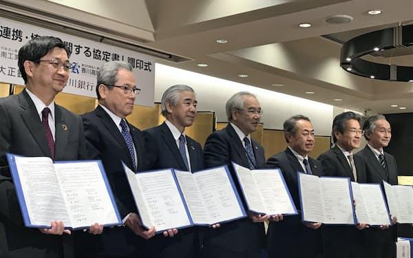 トモニHDなど地域金融は、地域の大学・高専生の起業を促す(3月25日、高松市内で開かれた調印式)