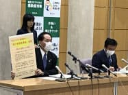 香川県の浜田知事(左)は県独自に「緊急事態」の宣言を出した(14日、高松市)