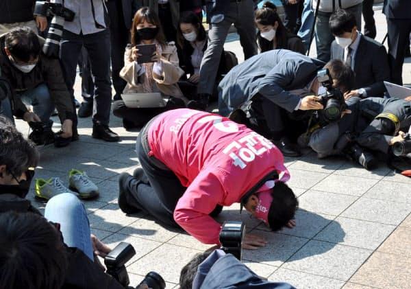 有権者に「最後のお願い」をする未来統合党の黄教安代表(14日、ソウル市)