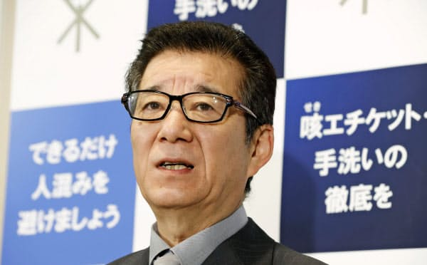 大阪市の松井市長は新型コロナで「一部の医療機関では防護服の代わりにごみ袋をかぶって(医師らが)治療している」と防護服不足を訴えた(写真は6日)=共同