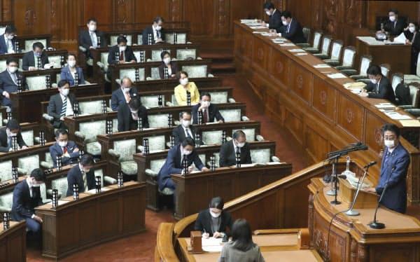新型コロナの感染防止策として、各会派が調整し出席数を絞って開かれた衆院本会議(14日)