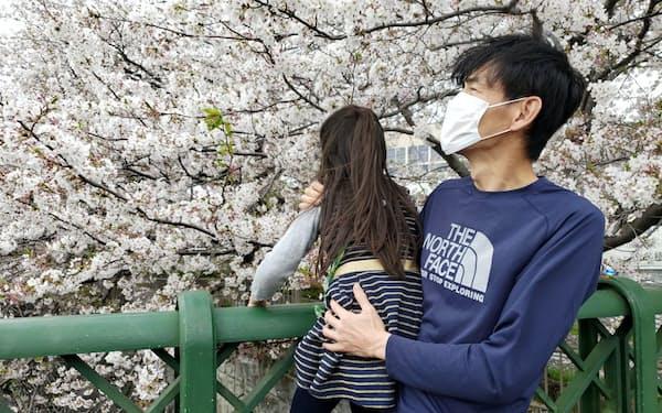 感染に注意しながら自宅近くを娘と散歩