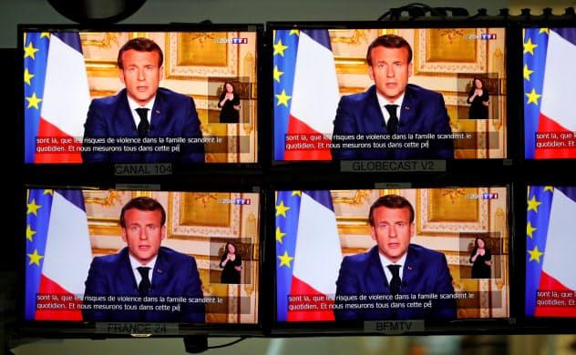 フランスのマクロン大統領はテレビ演説で、全国的な外出制限を5月11日まで継続すると発表した=ロイター