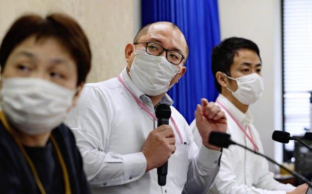 新型コロナウイルスのクラスター感染防止策について記者会見する北海道大の西浦博教授(中)(15日、厚労省)=共同