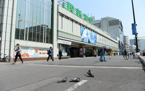人通りがまばらな東京のJR新宿駅前
