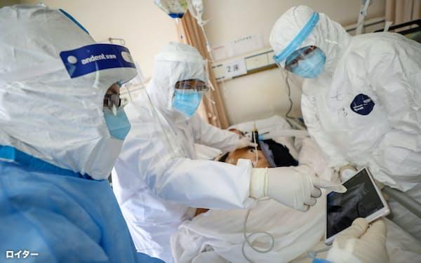 防護服は世界的に品薄が続く(中国の医療関係者)=ロイター・チャイナデイリー
