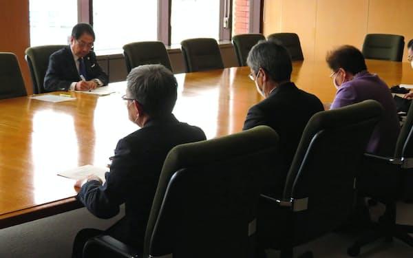 新型コロナ対策での緊急要請を聞く北海道函館市の工藤寿樹市長(左)