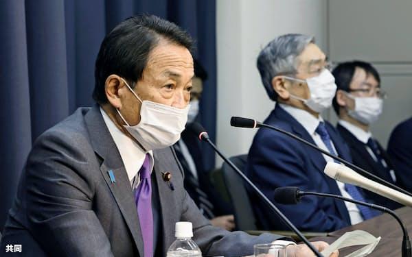 14日、テレビ電話形式によるG7財務相・中央銀行総裁会議を終え、記者会見する麻生財務相(左)と黒田日銀総裁=共同
