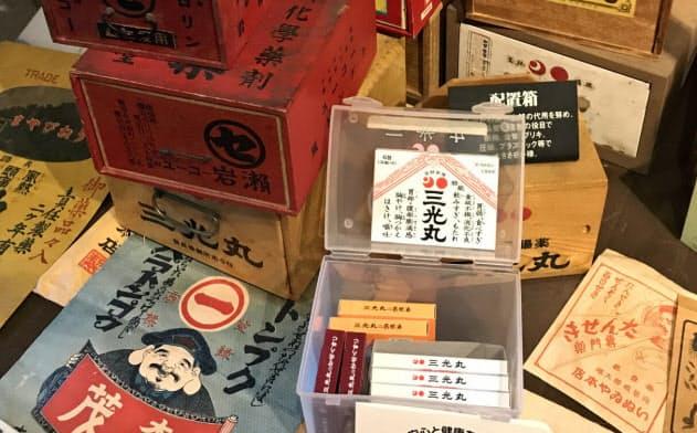 三光丸クスリ資料館資料館には歴代の薬箱が展示されている。手前のプラスチックケースが現在のもの
