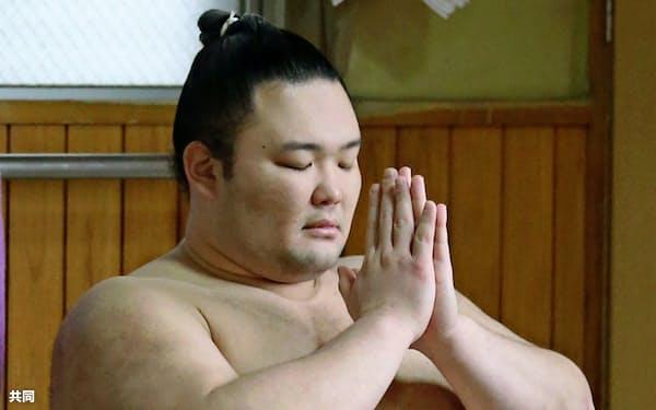 昇進後初めての稽古を前に、手を合わせる新大関朝乃山(3月30日、代表撮影)=共同