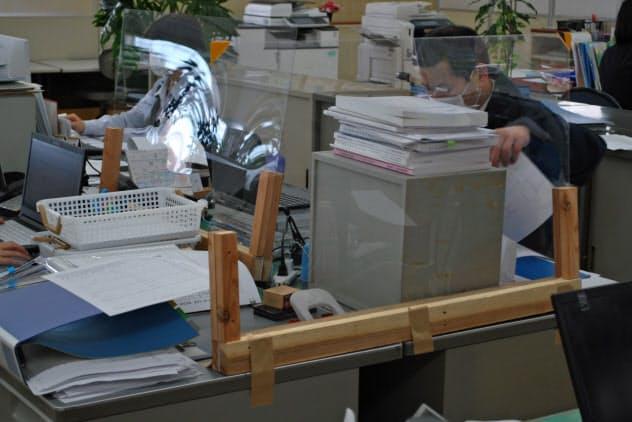 オーケー食品工業では感染を防ぐため、机に自作のアクリル板を設置(福岡県朝倉市)