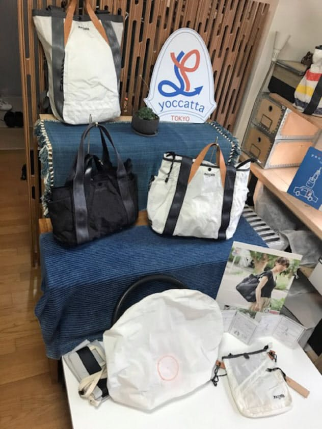 エアバッグとシートベルトを素材にした伊藤卓哉さんデザインのバッグ