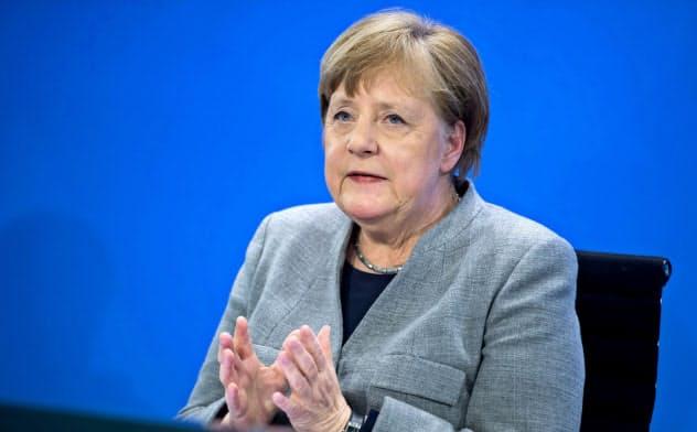 規制の一部緩和を発表するドイツのメルケル首相=ロイター