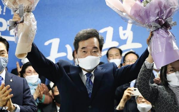 韓国総選挙で当選した与党「共に民主党」の李洛淵前首相(15日、ソウル)=聯合・AP