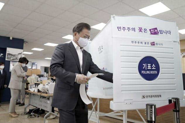 韓国総選挙で事前投票する文在寅(ムン・ジェイン)大統領(10日、ソウル)=AP