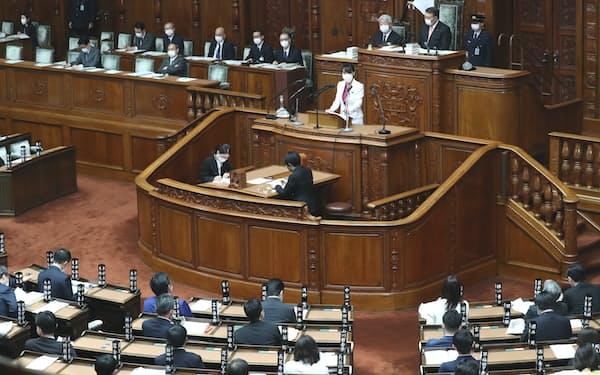 国家公務員法改正案が審議入りした衆院本会議で答弁する森法相(16日)