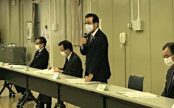 北海道内の経済団体と会談する札幌市の秋元克広市長(15日、札幌市)