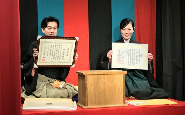 2019年度に咲くやこの花賞を受賞した南龍(左)と大阪文化祭賞を受賞した小南陵(3月、大阪市の此花千鳥亭)