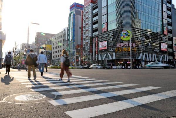 人通りがまばらな名古屋市中心部の繁華街(16日、同市中区)