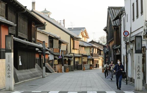 人通りの少ない京都・祇園の「花見小路」(16日午後)