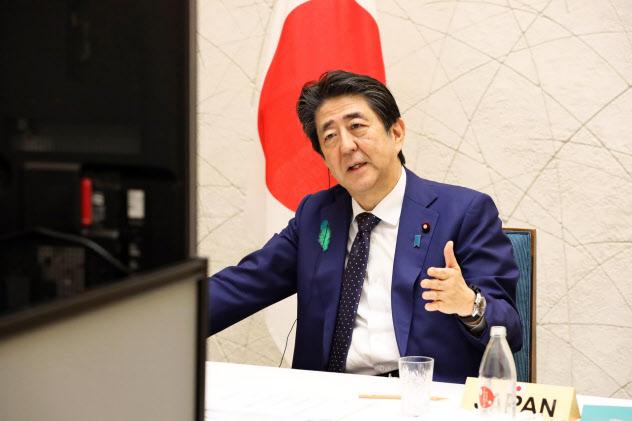 主要7カ国(G7)首脳テレビ電話会議に参加した安倍晋三首相(16日、内閣広報室提供)