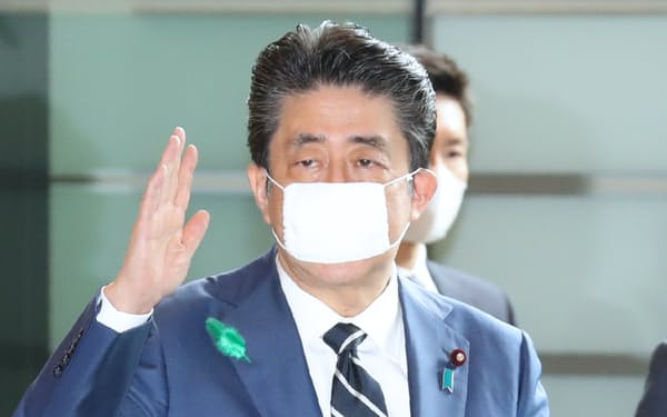 首相官邸に入る安倍首相(17日午前)
