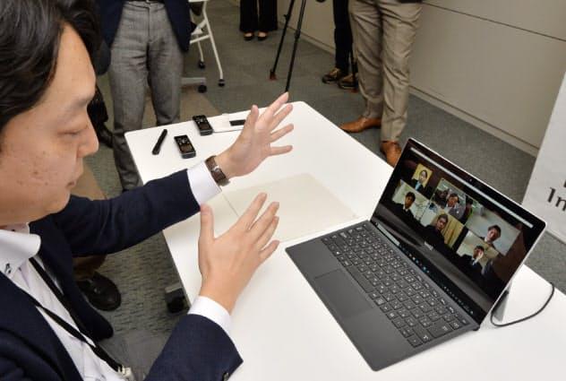 ビデオ通話で学生と話す人事担当者(左)