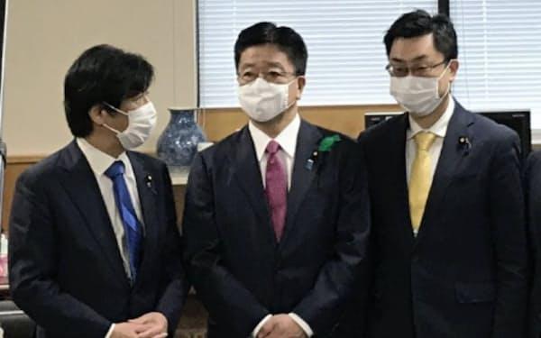 自民党の田村憲久政調会長代理(左)らが加藤勝信厚労相にPCR検査拡充の申し入れをした