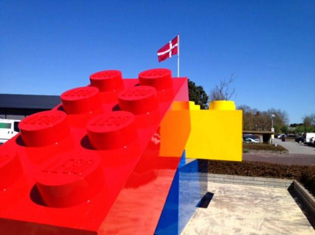 デンマークにあるレゴ本社には巨大なレゴブロックが出迎えてくれる