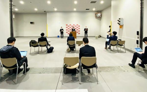 記者会見は感染防止対策をして開いた(17日、福岡市の日銀福岡支店)