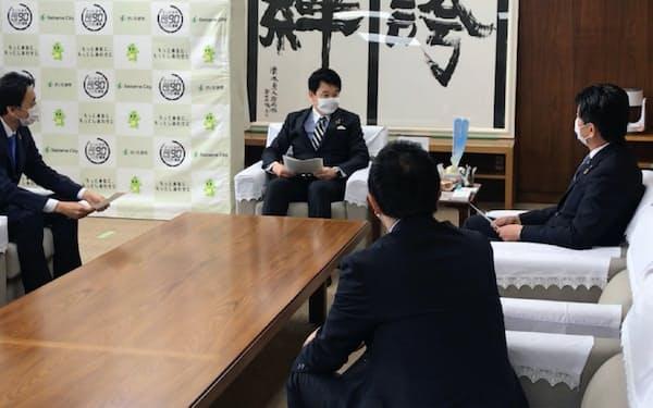 迅速な事業者支援に向け金融機関首脳と意見交換した(17日、さいたま市役所)