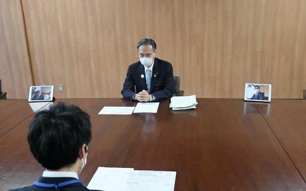 密集を避けるため、副知事はリモートで4月補正予算案の知事査定に参加した。(17日、長野県庁)
