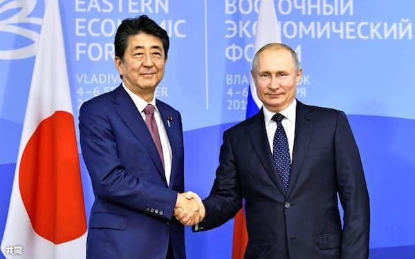 安倍首相は19年9月以来、プーチン大統領と会談していない(19年9月、ロシア・ウラジオストク)=共同