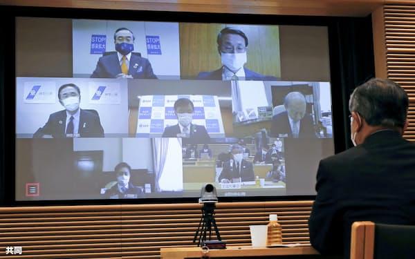 全国知事会が17日、オンラインで開催した新型コロナウイルスの感染対策本部会合(左上はあいさつする会長の飯泉嘉門徳島県知事、東京都千代田区)