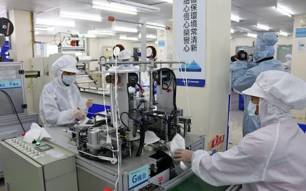 台湾舒潔のマスク工場は24時間体制で稼働する(14日、台北近郊)