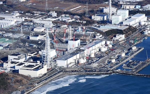 菅首相は東京電力福島第1原子力発電所にたまる処理水の処分に関し「いつまでも方針を決めず先送りすることはできない」と述べた(福島県大熊町、双葉町)