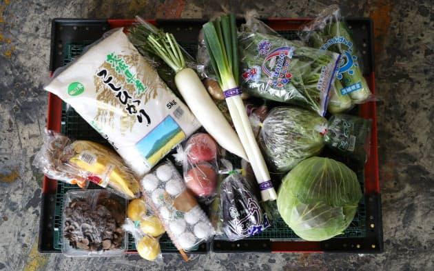 全国の契約農家などから届いた野菜や果物、コメを詰め合わせて販売(16日、東京都大田区)