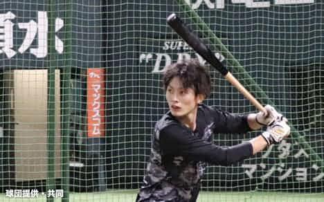打撃練習に取り組むソフトバンク・周東(18日、ペイペイドーム)=球団提供・共同