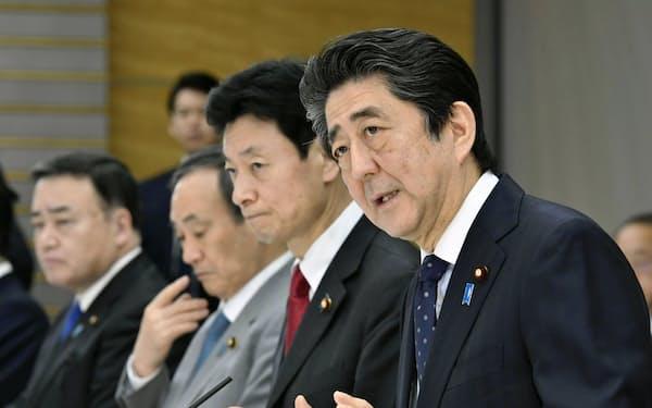 新型コロナウイルスの緊急経済対策の取りまとめに向けて開かれた有識者ヒアリングであいさつする安倍首相(3月19日、首相官邸)=共同