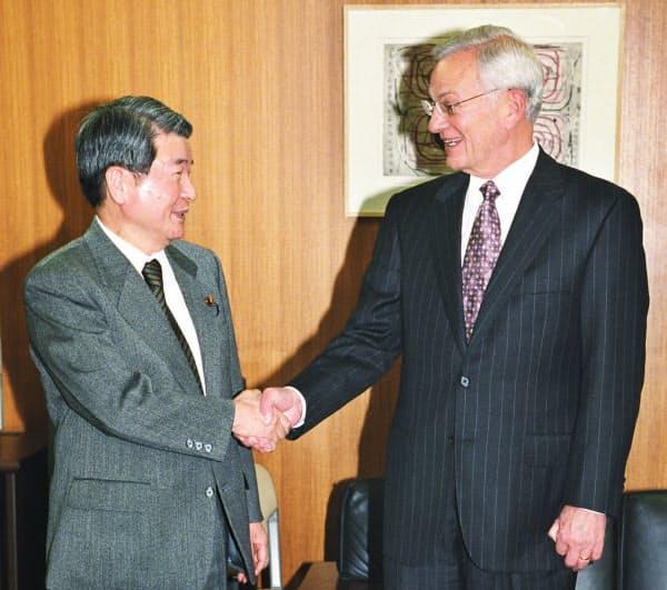 2002年1月、柳沢金融相(左)と握手するオニール米財務長官(肩書は当時)
