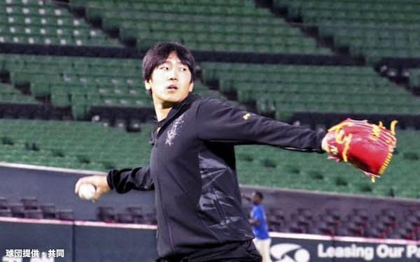 自主練習でキャッチボールするソフトバンクの石川(ペイペイドーム)=球団提供・共同