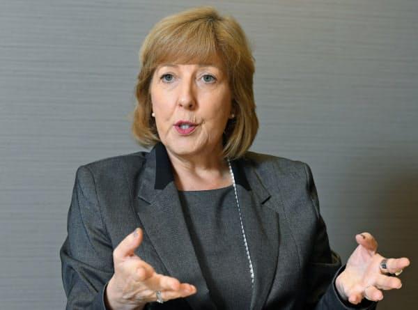 国連PRI CEO フィオナ・レイノルズ氏 オーストラリアのディーキン大卒。同国で退職年金受託者協会の最高経営責任者(CEO)を7年務めるなど金融・年金分野の経験は約25年にのぼる。2013年から現職。