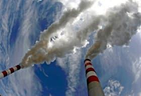 気候変動の影響について企業に情報開示を求める動きが広がっている=ロイター