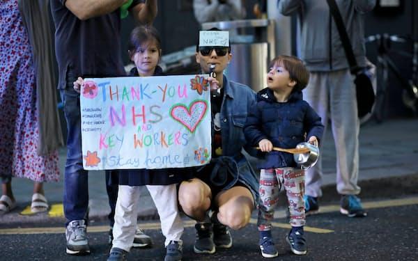 ロンドンで医療関係者を応援する子どもたち=ロイター