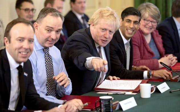 新型コロナの療養から復帰すればジョンソン首相(中央)はロックダウンの解除を巡って難しい決断を迫られる=AP
